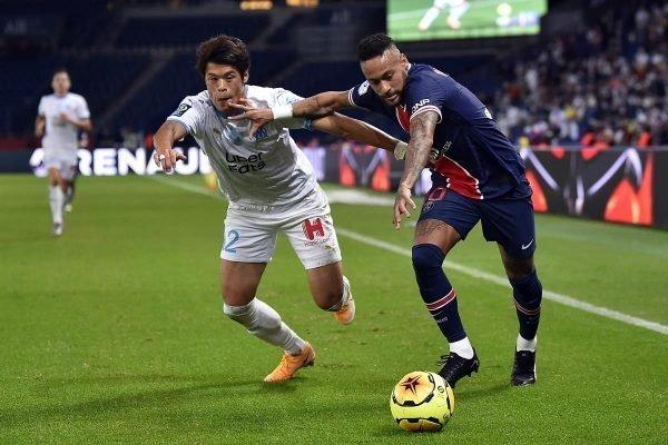 Neymar e o lateral japonês Sakai tiveram forte disputa no gramado
