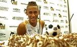 Quando Neymar fez 18 anos, não teve nenhuma grande festa. Ou as fotos não caíram nas redes sociais. O Santos não deixou a data passar em branco e comemorou com bolo no Centro de Treinamento do time