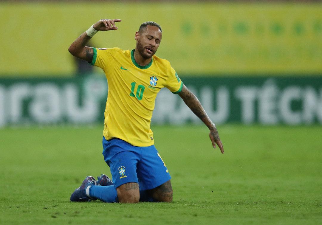 Neymar dá chilique contra o árbitro Roldan, em Pernambuco, por não ter apitado falta