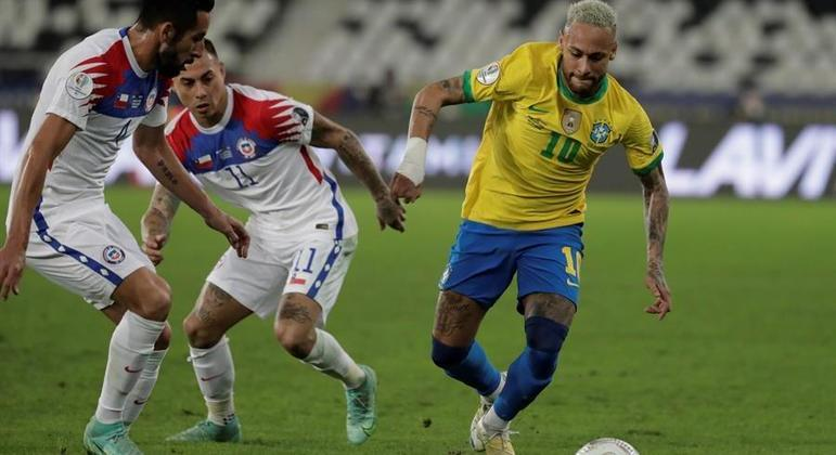 Neymar, mais uma vez, foi muito marcado pelos adversários. E mesmo assim se destacou