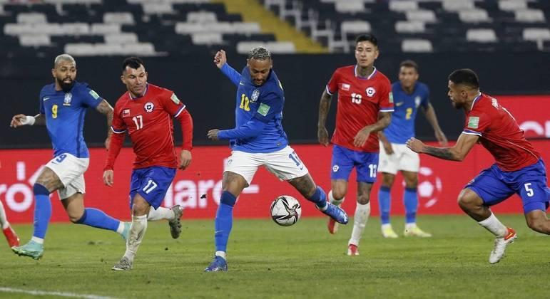 Neymar parou em Bravo, mas Everton Ribeiro fez o gol no rebote
