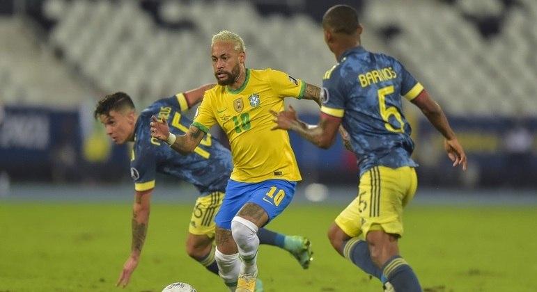 Muito marcado, Neymar acertou bola na trave e deu a assistência em gol da virada