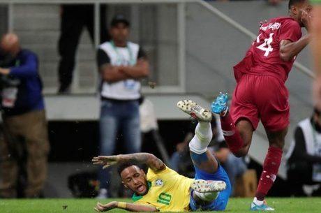 Neymar levou duas entradas fortes contra Qatar