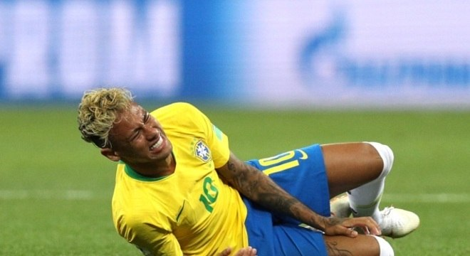 Assim como leu a 'carta de Dona Lucia', Parreira defende as simulações de Neymar