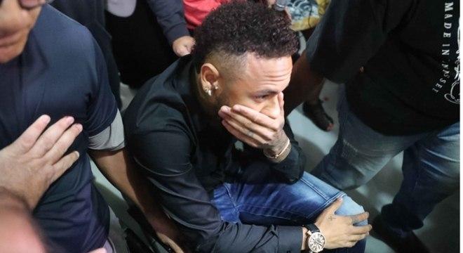Neymar ao chegar para depor na polícia no RJ nesta quinta-feira (6)