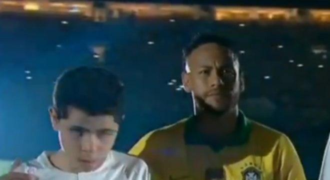 Neymar entrou em campo acompanhado do menino Nickollas