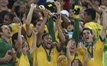 Brasil 3 x 0 Espanha - Final Copa das Confederações (30/06/2013)Depois do vexame na Copa América 2011 e da frustração pela medalha de prata nos Jogos Olímpicos de 2012, em Londres, Neymar ainda buscava um título com a Seleção Brasileira e a Copa das Confederações no Brasil, em 2013, era o cenário perfeito para essa conquista tão esperada. Apesar de, naquele momento, ainda não ter estreado pelo Barcelona, já era jogador do clube.Com uma boa primeira fase batendo Japão, México e Itália, depois o Uruguai, na semifinal, o Brasil chegou para a decisão do torneio para enfrentar a Espanha, a então campeã do mundo. Tendo como palco um Maracanã lotado, a Seleção teve apresentação espetacular, com Neymar inspirado e autor de um golaço, sendo o melhor do jogo e da Copa das Confederações. Atuação determinante, em casa, para seu primeiro título com a Amarelinha