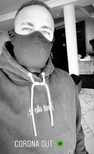 Neymar em casa e de máscara