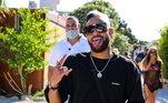 Teve passeio de barco, balada com os parças e Anitta... A máscara, como é possível ver nessa fotos, está na mão de Neymar