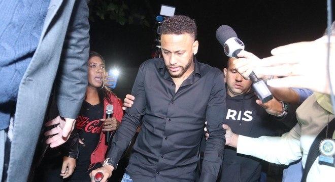 Neymar chegou de muletas na Cidade da Polícia, no Rio de Janeiro
