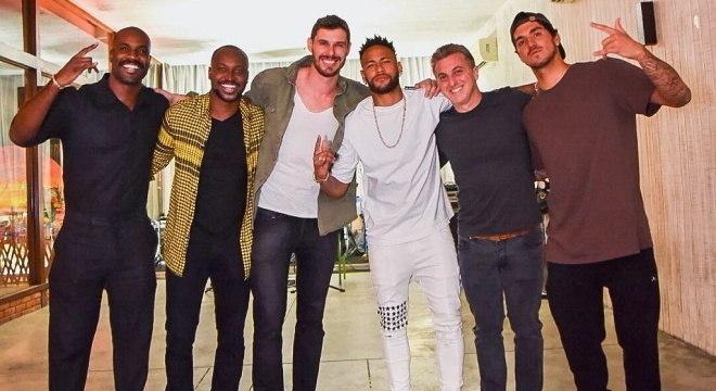Rafael Zulu, Thiaguinho, Bruninho, Neymar, Hulk e Medina forma a 'diretoria'