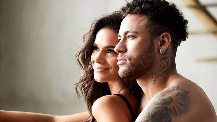 Neymar e Bruna Marquezine movimentaram as notícias no mundo dos esportes por muito tempo. Entre idas e vindas, o jogador e a atriz namoraram por mais de cinco anos. O término aconteceu em 2018, mas até hoje boatos sobre os dois reatarem surgem nos meios de comunicação