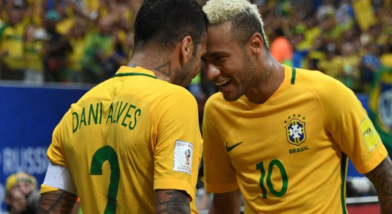 Neymar e Daniel Alves. O reencontro do veterano e do 'europeu' deve acontece na Seleção