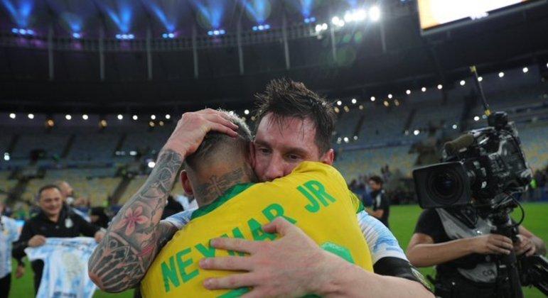 Neymar e Messi se abraçam após a partida que definiu Argentina como campeã da Copa América