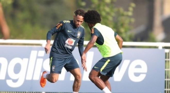 Neymar e Willian estiveram presentes no treino da seleção nesta terça-feira (22)