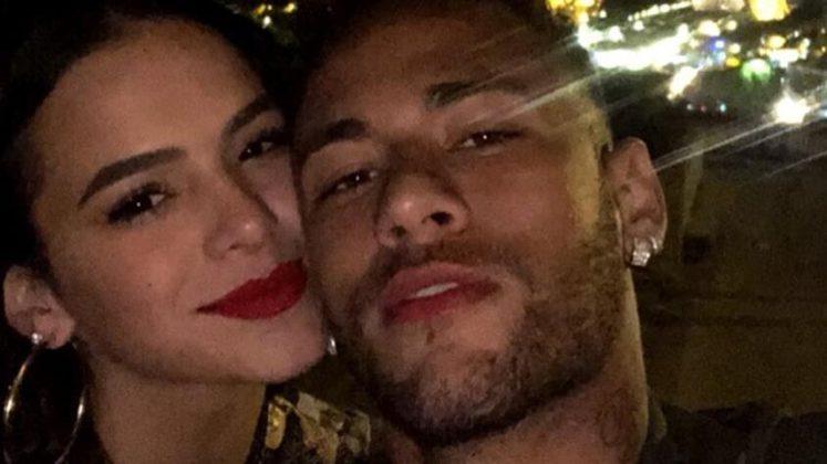 Neymar, em 2013: O Carnaval daquele ano foi bastante movimentado para o craque. Na Marquês de Sapucaí, no Rio de Janeiro, o atacante do Santos oficializou seu relacionamento com a atriz Bruna Marquezine