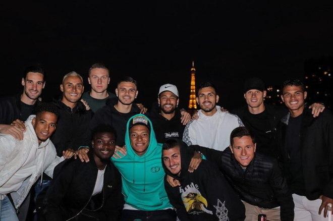 Neymar, Mbappé, Thiago Silva, Mauro Icardi e companhia se reuniram na noite da última terça-feira para comemorar o feriado nacional da França conhecido como Queda da Bastilha, que marcou o começo da Revolução Francesa, em 14 de julho de 1789. Esse é uma das datas mais importantes da história da França