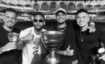 São esses três, que vivem colado com Neymar. Na foto, eles comemoraram a conquista da Copa da França