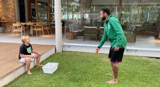 Neymar fez com que Davi Lucca caísse em brincadeira com bolinhas de ping-pong