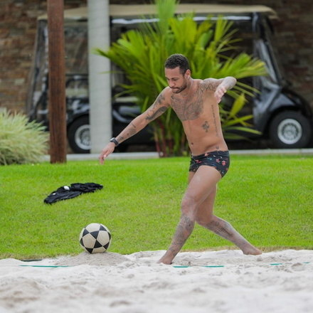 O futevôlei de Neymar em sua casa em Mangaratiba, no Rio de Janeiro, continua dando o que falar. Na última terça-feira (31), foram publicadas seis fotos na conta oficial do atacante no Instagram com a explicação que tudo faz parte da preparação física