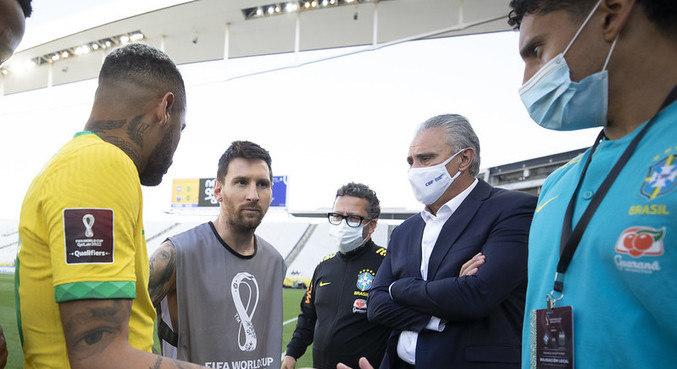 Neymar, Messi e Tite conversam após suspensão da partida