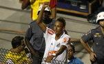 Na primeiro conquista como profissional da vida de Neymar, ele usava o penteado. Olha a cara de moleque na festa feita pelo Santos no Campeonato Paulista 2010