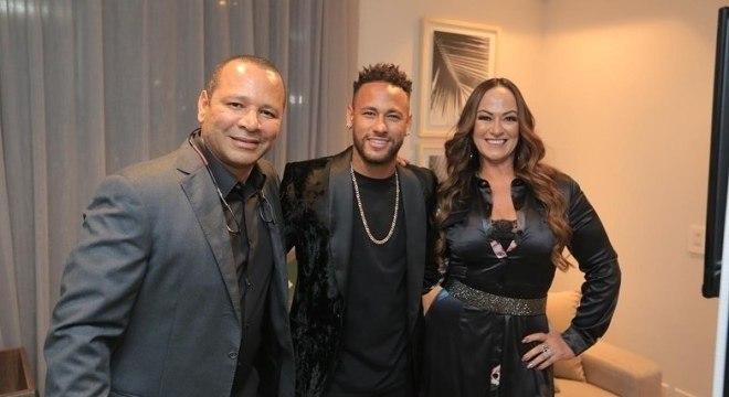 Neymar com os pais na inauguração da empresa que cuida de sua imagem
