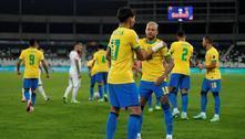Com um a menos, Brasil leva sufoco, mas bate Chile e vai à semi