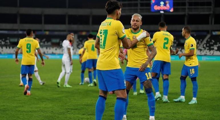 Neymar e Lucas Paquetá dançam para comemorar o gol da vitória do Brasil