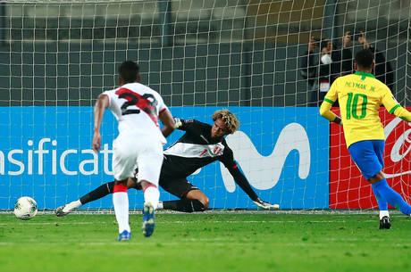 Neymar bate pênalti com categoria contra o Peru