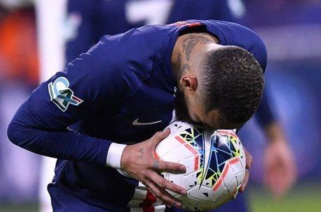 Neymar tem costume de beijar a bola nos jogos