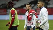 Neymar erra pênalti, PSG vence, mas Lille conquista o Francês