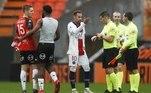 Nem mesmo os dois gols de pênalti do brasileiro Neymar impediram a derrota do PSG, fora de casa, neste domingo (30), pelo Campeonato Francês