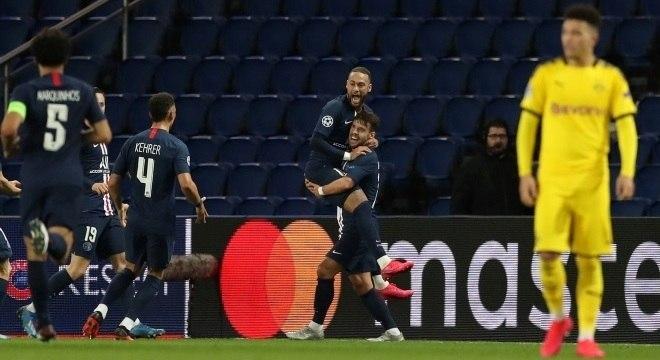 Neymar comemora gol que abriu caminho para classificação do PSG