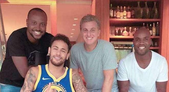 Em Mangaratiba, Neymar recebe amigos nos períodos sem tratamento