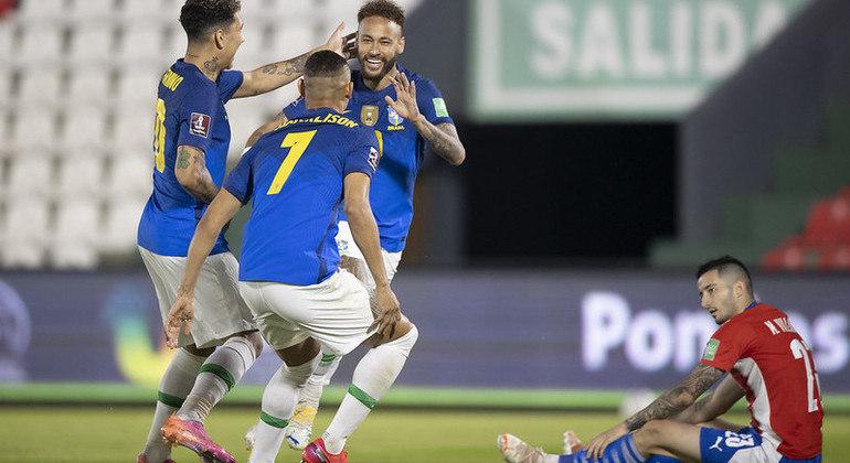 Neymar, oportunista, marcou o primeiro gol. E deu assistência a Paquetá, no segundo