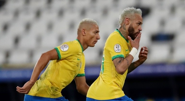 Neymar comemora com Richarlison seu 68º gol pela seleção brasileira