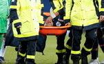 O tornozelo esquerdo de Neymar ficou preso na tesoura dada pelo adversário e saiu de campo de maca e chorando
