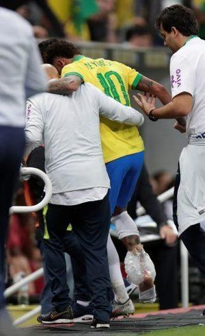Neymar deixou campo aos 17 min