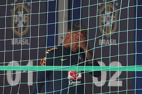 Neymar saiu desolado do treino da seleção