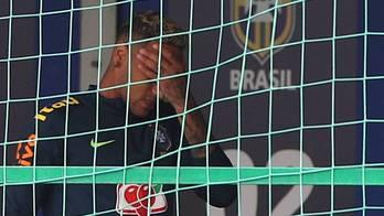 __Neymar sai mancando de treino da seleção brasileira nesta terça__ (Reprodução)