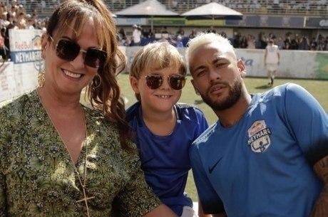 Neymar com a mãe e o filho em evento do Instituto