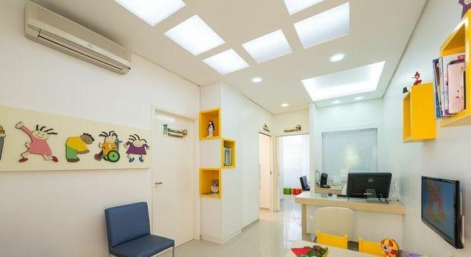 nichos de madeira amarelos e painel na parede