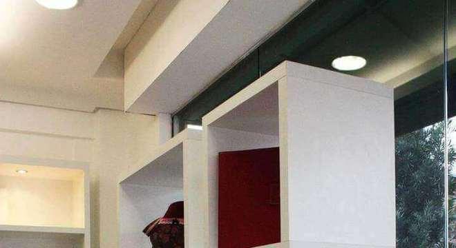 nichos de madeira branco na vitrine
