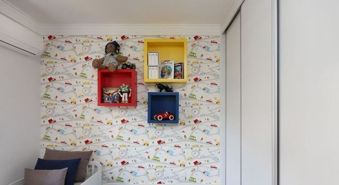 nichos de madeira coloridos e tapete chevron