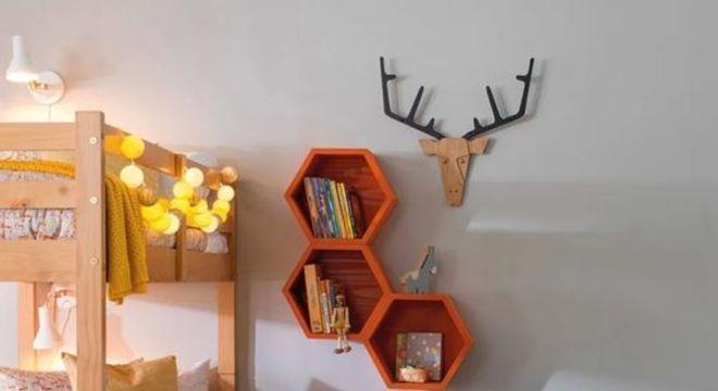 nichos de madeira hexagonais laranjas em quarto infantil