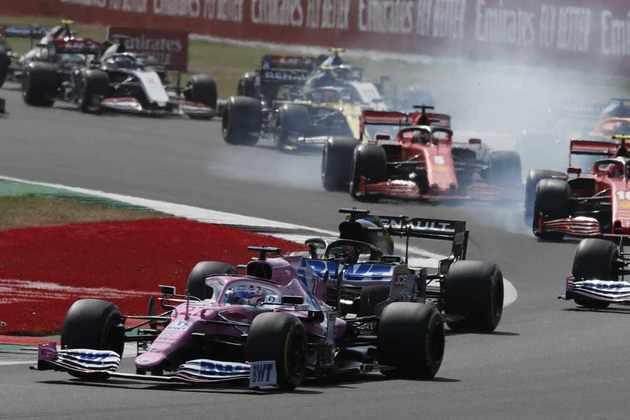 Nico Hülkenberg se defende de  ataques enquanto as duas Ferrari travam os pneus