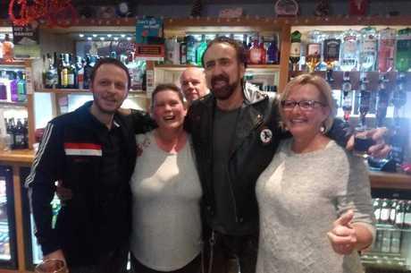 Nicolas pagou bebida para os frequentadores do pub