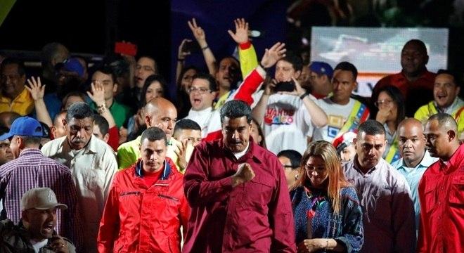 Nicolás Maduro e seus apoiadores após divulgação do resultado das eleições