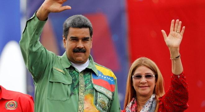 Maduro, ao lado da esposa, Cilia Flores: acusações dos EUA pressionam venezuelano